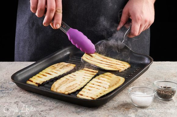 Баклажаны нарежьте вдоль тонкими полосками. Посолите, поперчите и обжарьте на сковороде-гриль с двух сторон.