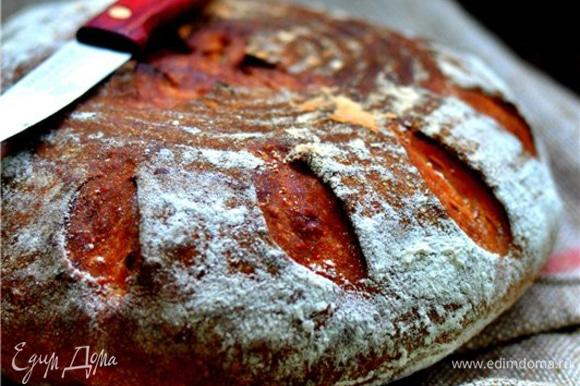 Выпекать на пекарском камне/казане в духовке, разогретой до 240°C, первые 10 минут с паром, затем уменьшить температуру до 230°C и выпекать еще 20–25 минут.