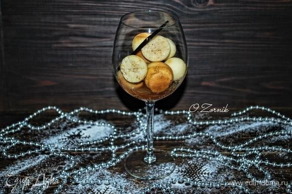 По желанию можно добавить в ромовую бабу изюм, предварительно его замочив в роме или ликере. Украсить и подавать к праздничному столу. Приятного аппетита.