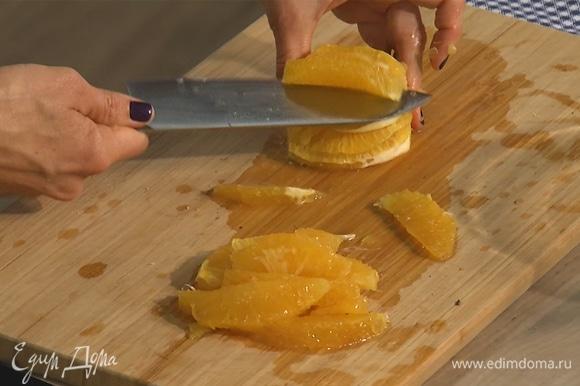 Апельсин очистить, из него острым ножом вырезать мякоть.