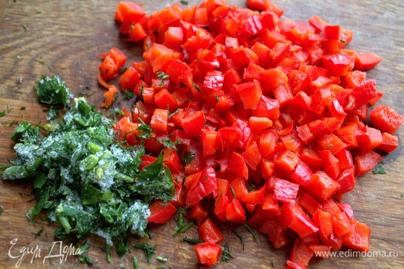 Измельчить болгарский перец и замороженную зелень (петрушка и укроп).