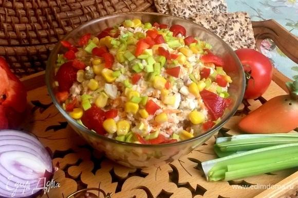 Сытный простой салатик готов.