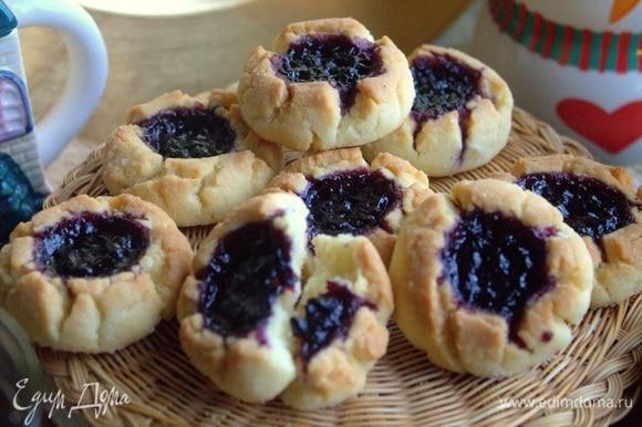 Печенье крошится в меру, хорошо разламывается, размер — на 2 укуса.