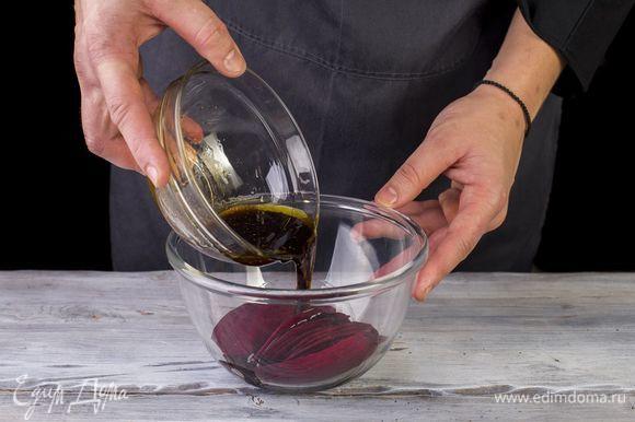 Смешайте все ингредиенты для маринада и выложите кружочки свеклы. Оставьте мариноваться на 15 минут.