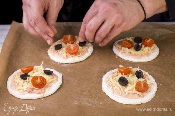 Выложите помидоры и маслины.