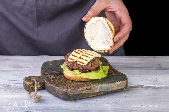 Накройте другой половиной булочки, смазанной майонезом Сливочный ТМ «Московский провансаль» («Я люблю готовить»).