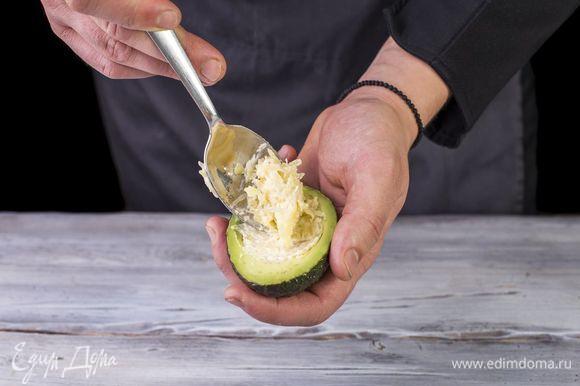 Выложите получившуюся начинку на половинки авокадо и натертый на крупной терке сыр.