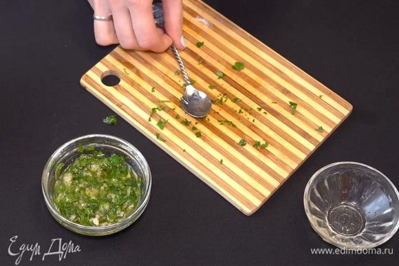 Перемешиваем и солим по вкусу. Соус к нашим колобкам из мамалыги готов.