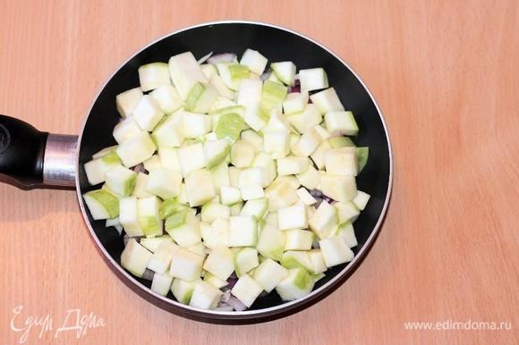 От кабачка отрезаем 6 небольших тонких кружочков — это для украшения верха запеканки. Остальную часть кабачка режем небольшими кубиками и кладем в сковороду, смешиваем с овощами (луком и чесноком). Накрываем сковороду крышкой и тушим на медленном огне до прозрачности лука, кабачок дойдет в духовке. Не забываем перемешивать. Солить самую малость, учитываем, что будет сыр и соевый соус.