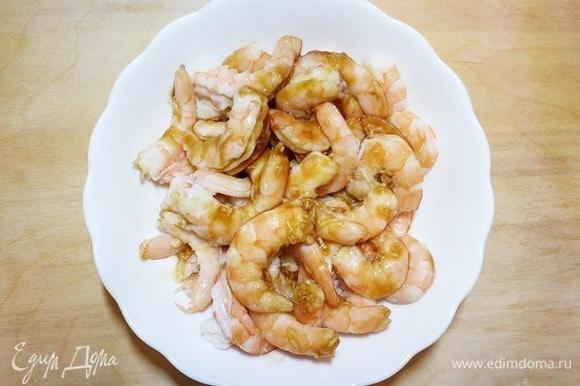 Замаринуем креветки в соке лайма, натертом чесноке и устричном соусе.