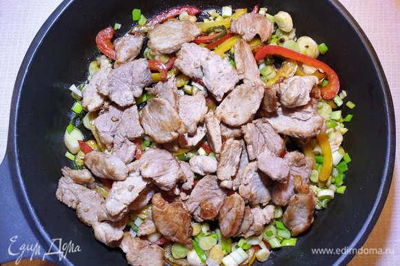 В сковороду с перцем и луком выкладываем свинину.