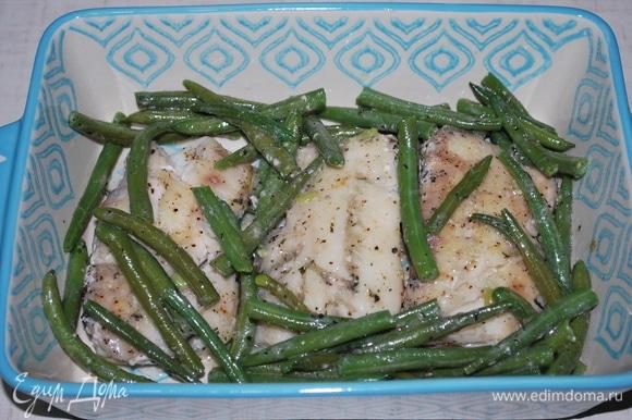 Выложите фасоль на рыбу вместе с соусом.