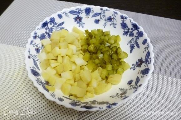 Нарезать вареный картофель и маринованный огурец небольшими кубиками.