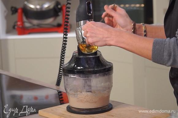 Добавить яйцо, соль, сироп агавы и солод. Частями влить все молоко, постоянно взбивая тесто. В итоге оно должно получиться рыхлым и воздушным.