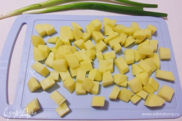 Чистим картошку и нарезаем кубиком. Отправляем все овощи в кастрюлю и варим около 10 минут.