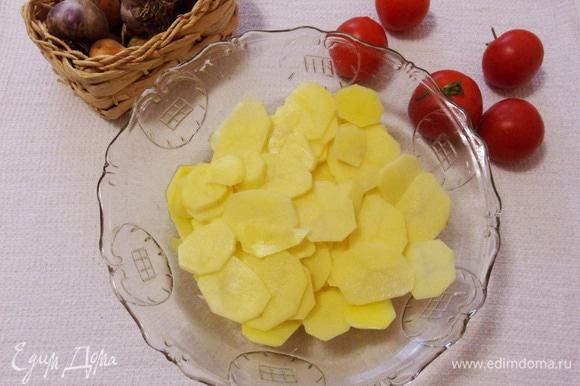Подготовленный картофель нарезаем тоненькими ломтиками (слайсами), для этого можно воспользоваться специальной теркой.