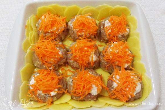 Морковь измельчаем на средней терке и посыпаем шарики.