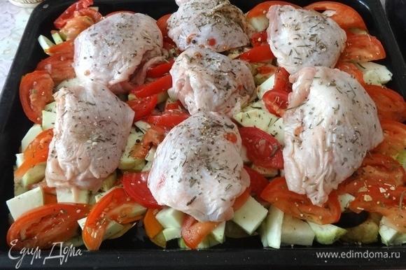 Форму для запекания смазать частью растительного масла. Выложить слой моркови, немного посолить, поперчить. Затем — слой лука и слой перца. Далее — слой кабачков. Немного посолить, поперчить. Следующий слой — помидоры. Сбрызнуть овощи оставшимся растительным маслом. На овощи выложить куриные бедрышки. Все посыпать сушеным тимьяном. Поставить форму в духовку, разогретую до 180°C, на 40–45 минут.