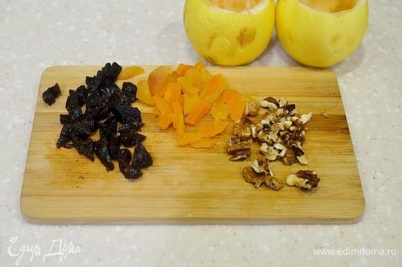 Сухофрукты промойте, нарежьте вместе с орехами небольшими кусочками.