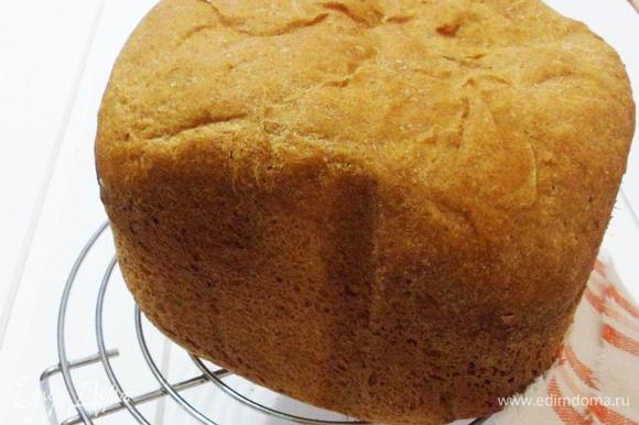 Остужаем хлеб на решетке, предварительно завернув его в полотенце.