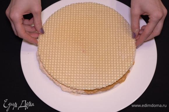 Сверху накрываем следующим вафельным коржом. Таким нехитрым способом собираем весь торт «Два в одном».