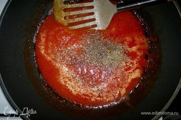 В сковороду добавить приправы, сахар, соль, перемешать. Тушить еще 2–3 минуты и снять с огня.