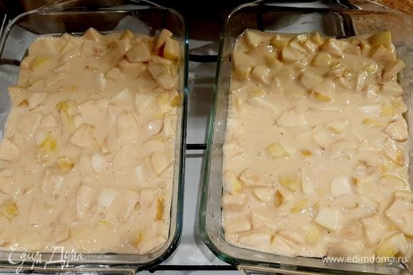 Переливаем полученную смесь в две формы, смазанные маслом. Так у нас быстрее испекутся коржи. Рзогреваем духовку до 200–220°C, выпекаем 30 минут. Следите, чтобы пирог не пересушился. Проверять зубочисткой.