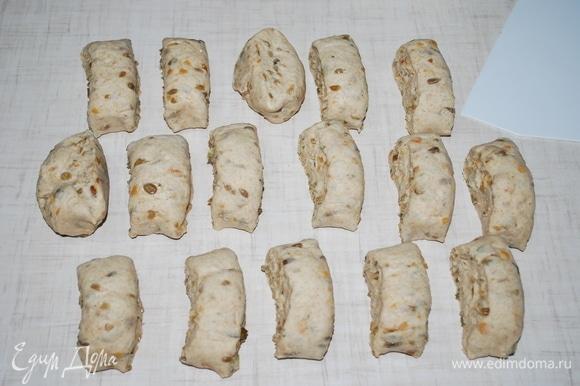 На посыпанной мукой поверхности выместите тесто, оно должно стать эластичным и однородным. Если нужно, добавьте еще муки. Раскатайте тесто в колбаску и разрежьте на ровные кусочки.