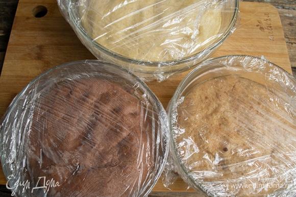 Затягиваем миски с тестом пищевой пленкой, оставляем на 1 час 30 минут при комнатной температуре.