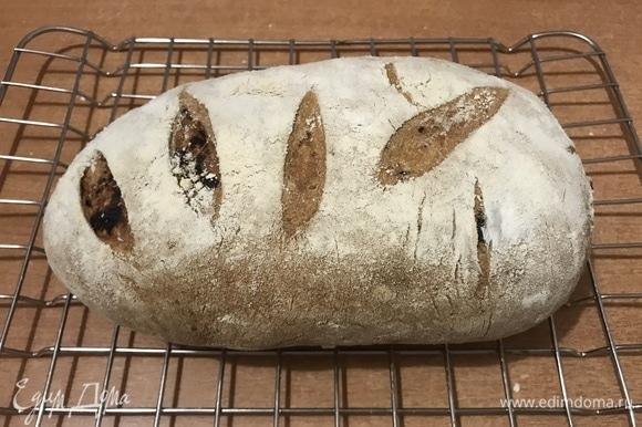 Разогреть духовку до 250°C. Обрызгать духовку водой из пульверизатора, уменьшить температуру до 220°C. Посадить батоны на противень и выпекать 25–30 минут. Если постучать пальцем по донышку хорошо пропеченного батона, он должен издавать гулкий «пустой» звук. Готовый хлеб охладить на решетке.