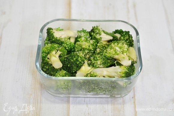 Выложите брокколи в жаропрочную форму.