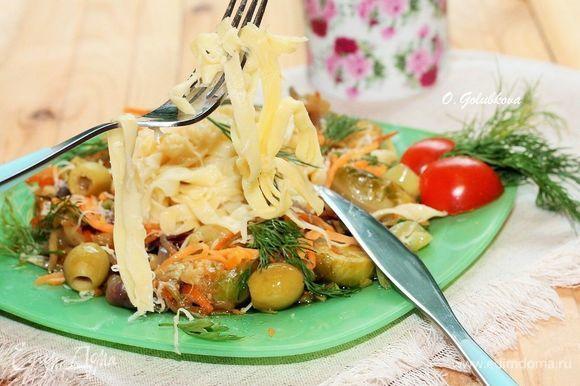 Тальятелле — это длинная и плоская паста, похожая на фетучини. Хорошо удерживает соусы благодаря пористой структуре.
