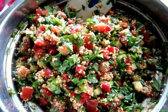 Такой салат удобно нарезать, перемешать и поставить в холодильник до подачи, за время он станет только вкуснее.