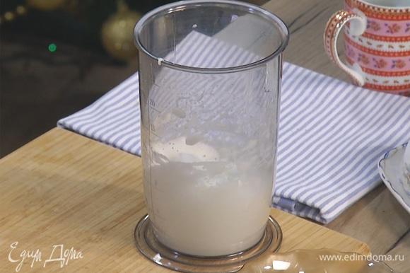 В отдельной емкости взбить яичный белок до состояния воздушной пены.