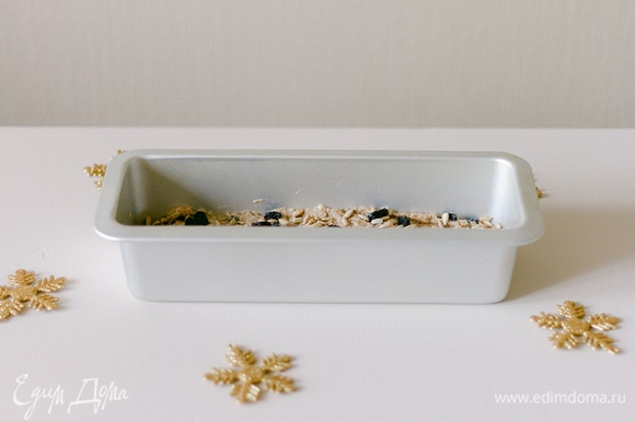 Форму смажьте и равномерно распределите тесто. Выпекайте при 180°C 40–50 минут.