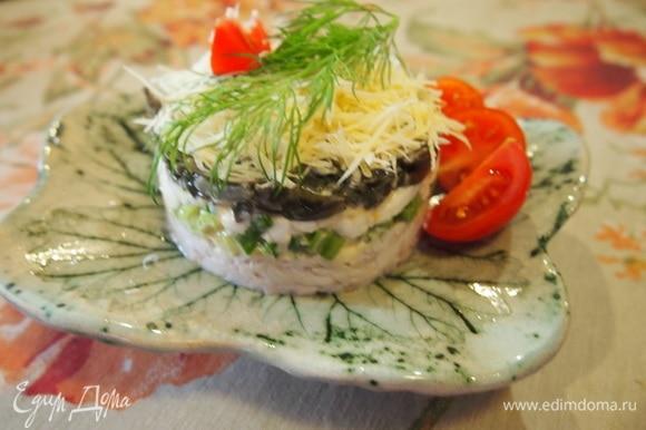 Сверху насыпьте мелко нарезанный сыр, украсьте веточкой укропа и помидорчиками. Получается очень вкусно, полезно и нежно!
