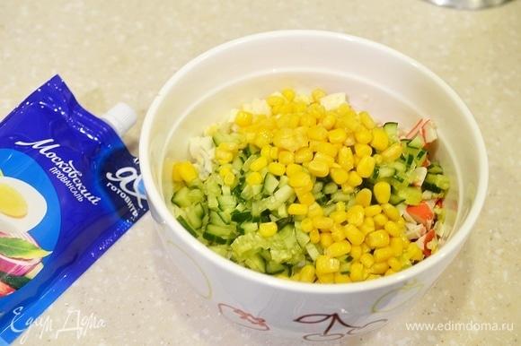 Все перемешайте. С кукурузы слейте жидкость и добавьте в салат.