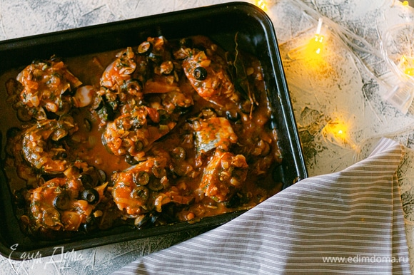 Рыбу посолите по вкусу, но учтите, что соус тоже соленый. Выложите на противень рыбу и залейте соусом.