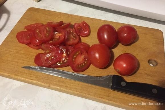 Подготовьте помидоры: вымойте, нарежьте кружочками.