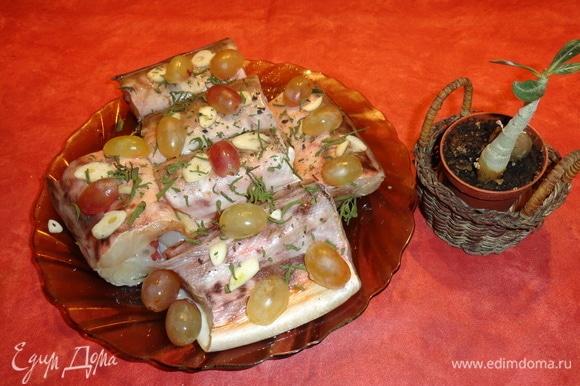 Несколько виноградин положите на рыбу. Затем тарелку поместите в микроволновку на 7–10 минут, включите на полную мощность.