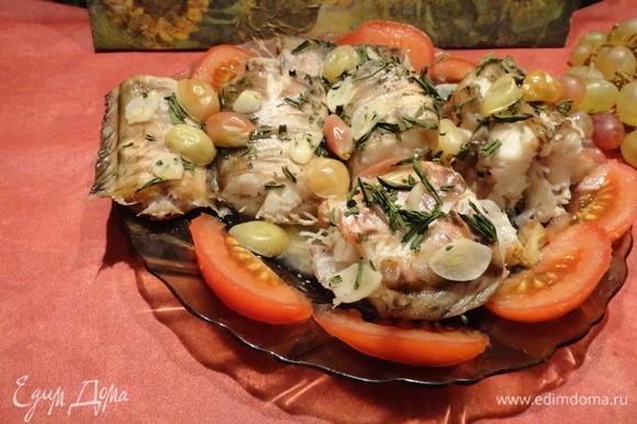 Украсьте рыбу свежим помидорчиком и можете подавать на стол! Это настоящий праздник вкуса! Рыбка получается нежная, диетическая, а вкус у нее просто потрясающий!