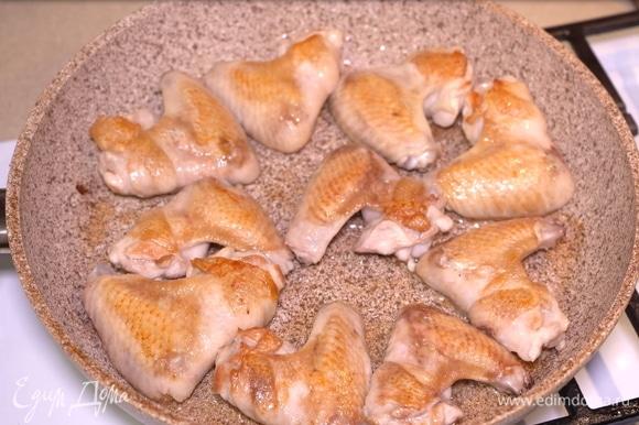 Теперь обжариваем их с двух сторон до золотистой корочки в разогретой сковороде с добавлением небольшого количества растительного масла.