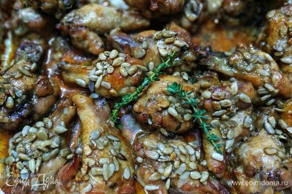 Вкусные, сочные куриные крылышки сразу подавайте к столу. Они хороши в качестве самостоятельного блюда. Также их можно подать с гарниром. Приятного аппетита.