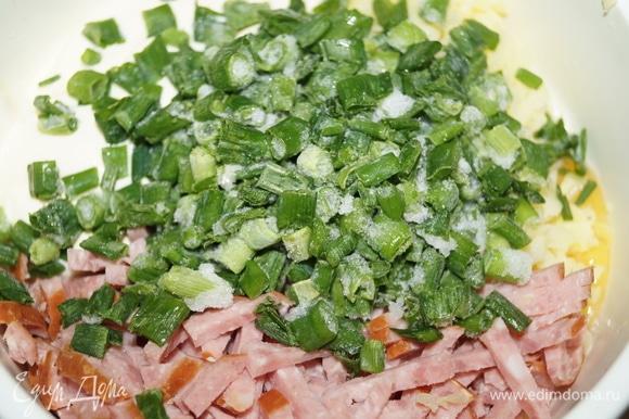 Картофель натрите на терке, выложите в чашу, добавьте яйцо, майонез, нарезанную соломкой колбасу. Влейте молоко, положите лук, все перемешайте.