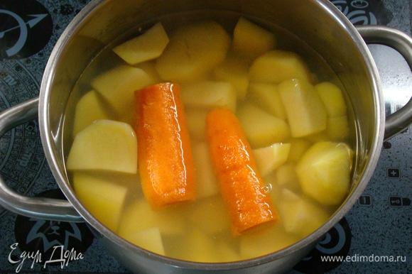 Пока запекается мясная часть торта, сварить очищенный картофель и одну морковь.