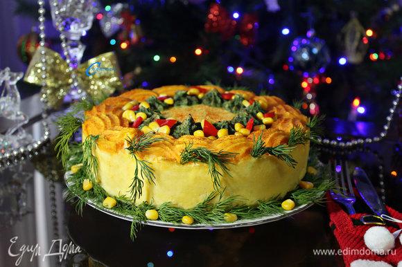 Перед подачей готовый мясной пирог украсить по своему вкусу. Такой торт никого не оставит равнодушным!