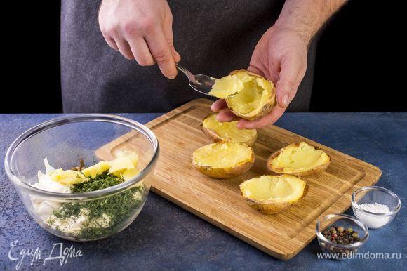 У половинок картофеля вытащите часть мякоти и добавьте к остальной начинке. Перемешайте.