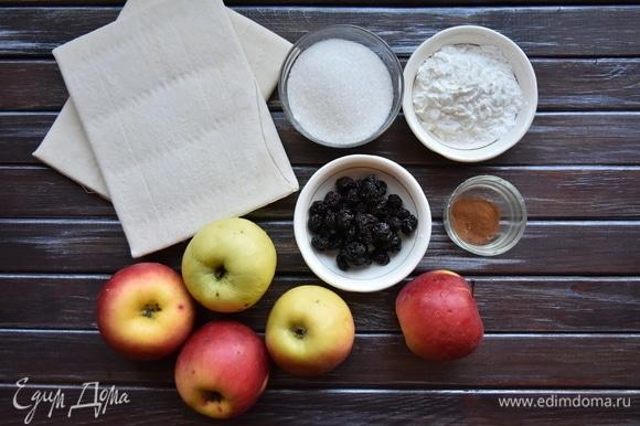 Подготовить необходимые продукты. Вместо вяленой вишни можно использовать изюм.