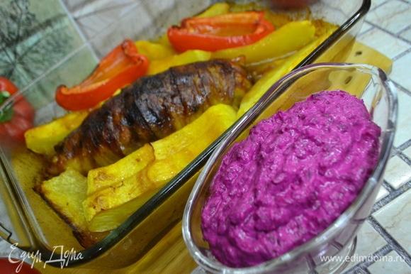 Перекладываем соус в соусник и подаем к мясу и овощам. Соус замечательный по вкусу, и его не бывает много! Вам не раз придется пополнять соусник свекольно-хреновым соусом!