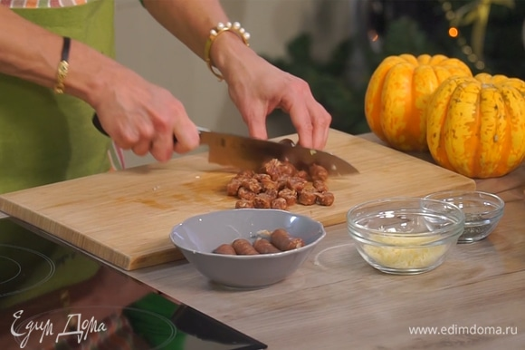 С колбасок снять оболочку, нарезать небольшими кусочками.